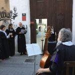 cantant davant un altaret